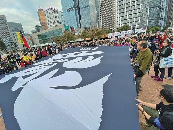 社福界集會人士高舉巨型「罷」橫幅及各類訴求標語,又高叫口號。(駱亞/大紀元)
