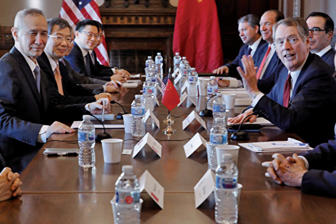 中美雙方經過18個月談判,於12月13日達成第一階段貿易協議。圖為1月31日中美貿易談判代表在華盛頓舉行磋商。(Getty Images)