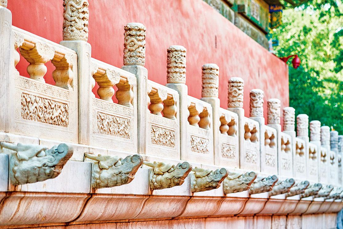 整個故宮,它的每一個組群,每一個殿、閣、廊、門全部都是按照明、清兩朝工部的「工程做法」的統一規格、統一形式建造的。「千篇一律」無盡地重複。(Shutterstock)