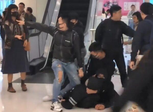 數名偽裝成抗爭者的警員,在新城市廣場制伏1名黑衣人。(理大校園電台提供)