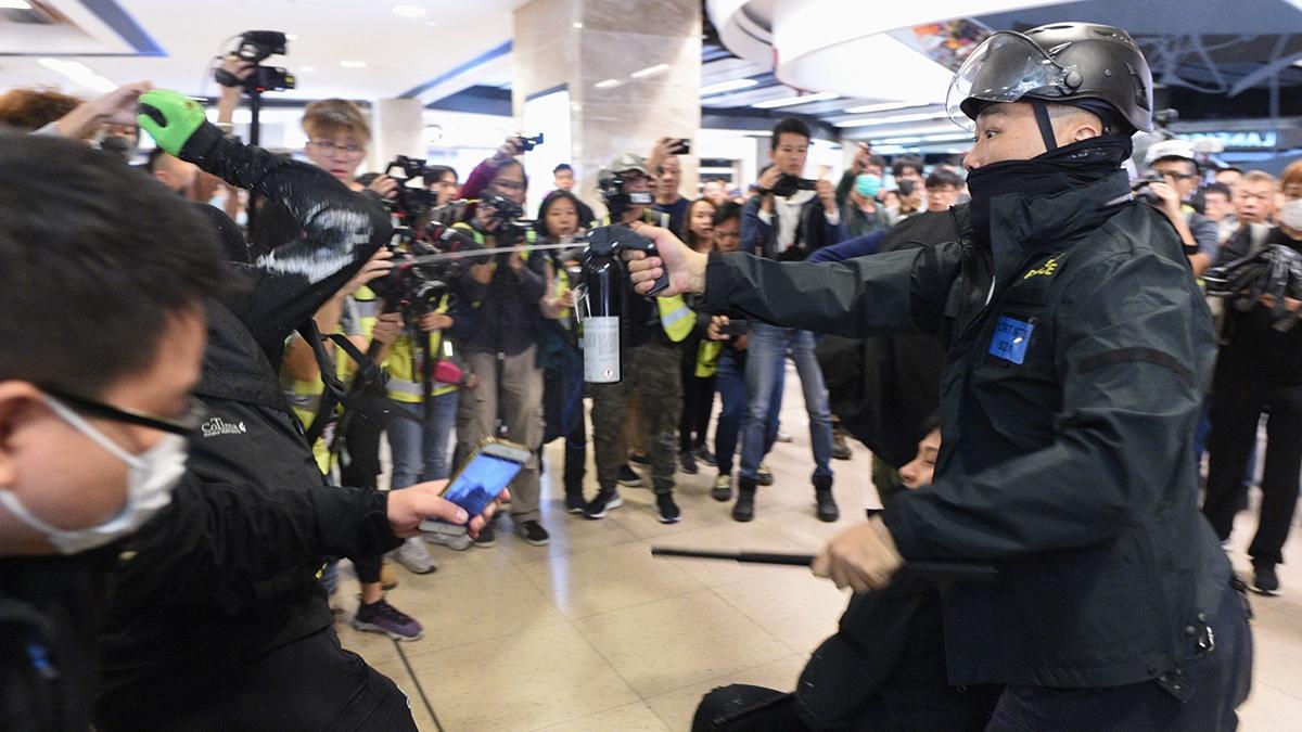 12月15日,在沙田新城市廣場,防暴警察向民眾噴射胡椒噴霧。(PHILIP FONG/AFP via Getty Images)