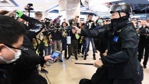 林鄭赴京後院起火 港警狂射催淚彈多人被抓