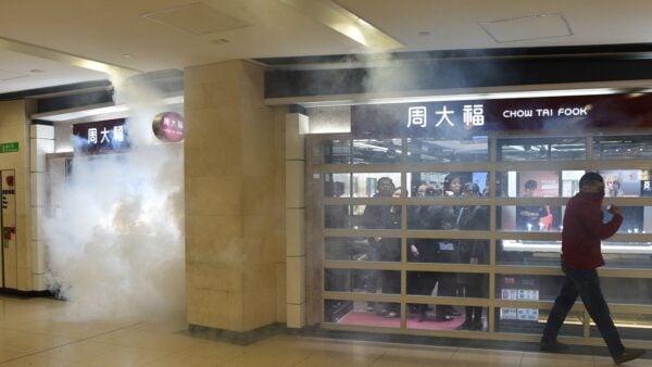 自從11月24日香港區議會選舉至今,香港街頭情勢平靜3周,而今又再度催淚彈毒煙迷漫。(PHILIP FONG/AFP via Getty Images)