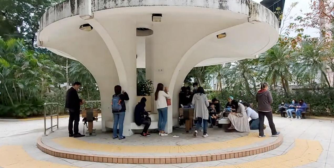 今日(12月16日),有網民發起在深水埗運動場「長荔和你Lunch、和你寫」反送中活動,每個參與者都希望在聖誕來臨之前,將香港市民的心聲寫進聖誕卡,並將之送達因參與抗爭活動而被捕人士以及流亡台灣的抗爭者手中。(影片截圖)