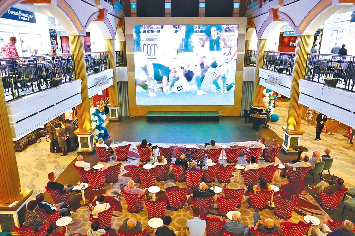 乘客在大廳內觀看澳式足球比賽。