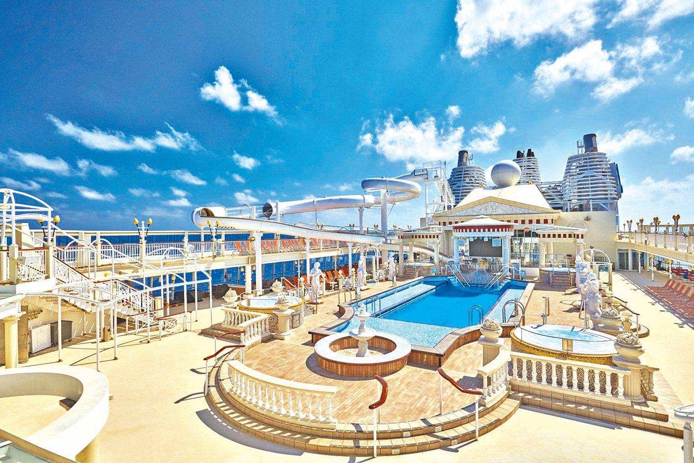 以古羅馬為設計主題的戶外泳池。