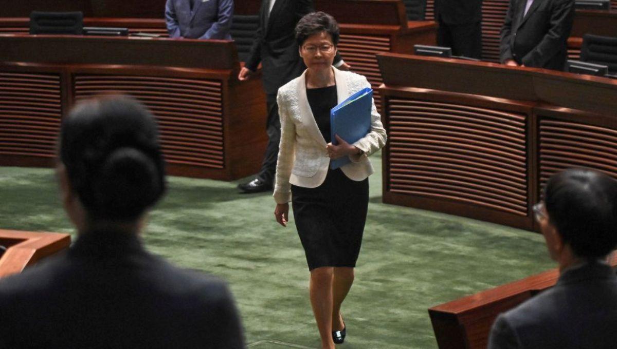 香港行政長官林鄭月娥(中)2019年10月17日走入香港立法會會議廳。(PHILIP FONG/AFP via Getty Images)