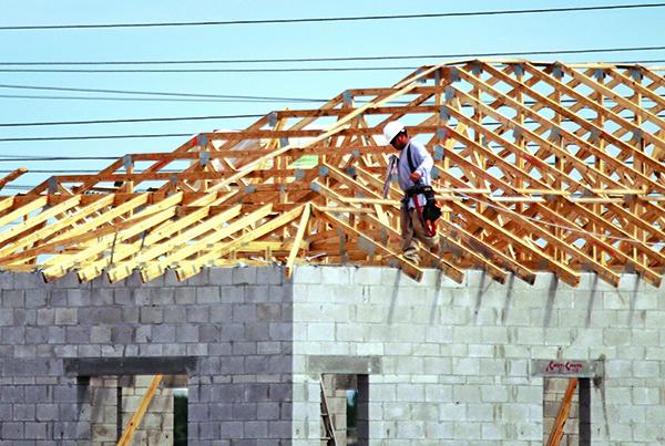 美國房屋建築在5月飆升至135萬套,達11年來高位,超過專家預期。但房屋建築許可連續第二個月下降,表明住宅市場活動將會保持溫和。(Getty Images)