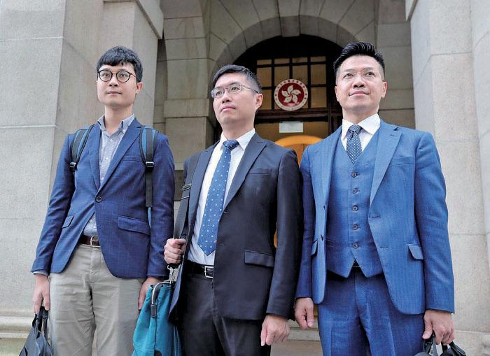 終審法院昨日拒絕區諾軒(中)和范國威(右)批准上訴許可,兩人隨即失去議席。(黃信真/大紀元)