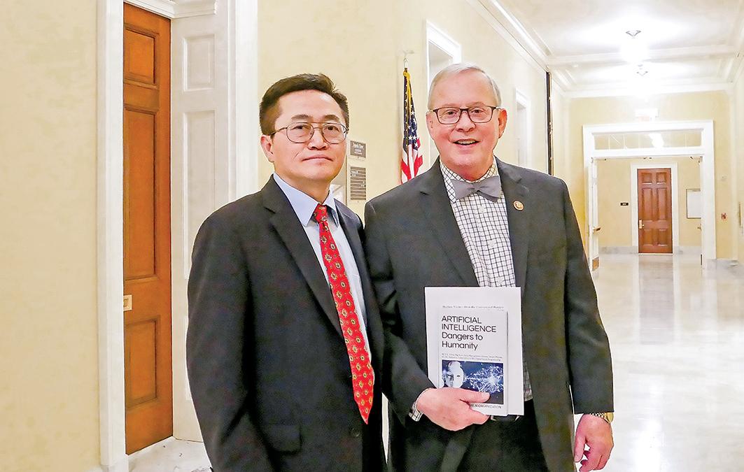 國會議員羅恩萊特(Ron Wright)(右)和法輪功學員李祥春博士(李辰/大紀元)