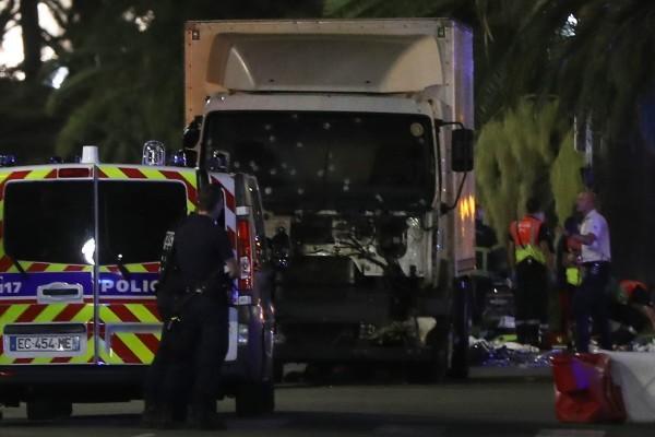 圖為2016年7月14日發生法國尼斯恐襲的肇事貨車。該恐襲共造成87死三百多人傷。(VALERY HACHE/AFP/Getty Images)