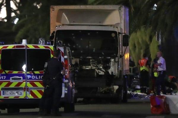 法國恐襲 大貨車輾撞人群1英里77死