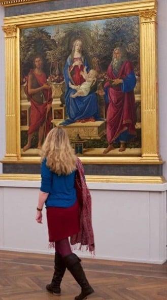 這個遊客的衣服色調和文藝復興時代的聖母像完全一樣,連典雅的長頭髮也好像是從那個時代直接穿越到現代來的。