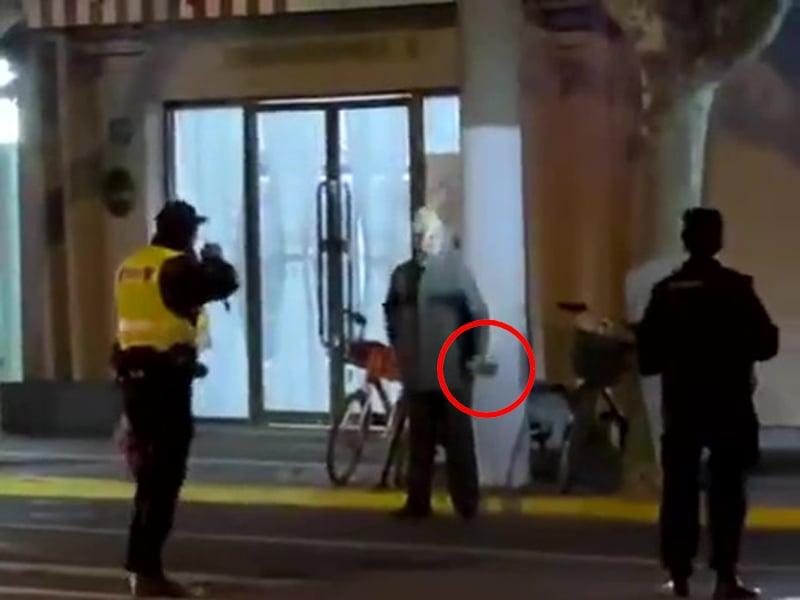 12月15日,上海鬧市區發生警察接連開槍打傷持刀客和路人事件。(網絡視頻截圖)