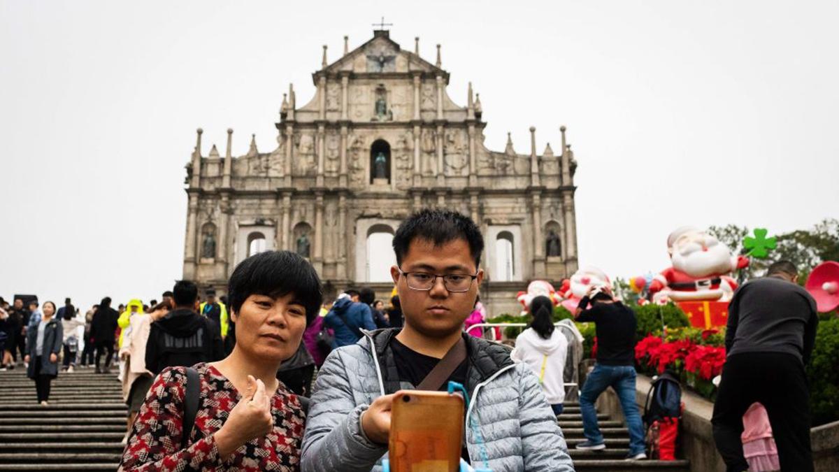 遊客在澳門大三巴景點拍照。(EDUARDO LEAL/AFP via Getty Images)