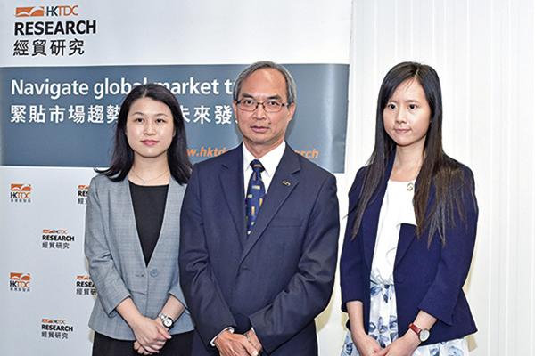 香港貿發局大中華區助理首席經濟師曾詩韻(左)表示,香港第四季出口指數均遠低於50的盛衰分界線,是有紀錄最差水平。(郭威利/大紀元)