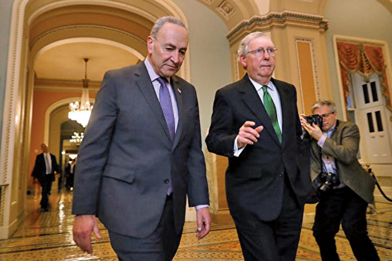 美國國會參議院多數黨領袖米奇麥康奈爾(右)12月17日拒絕民主黨人的彈劾審訊提議,堅持應對總統特朗普沿用前總統克林頓相同的彈劾流程。(AFP)
