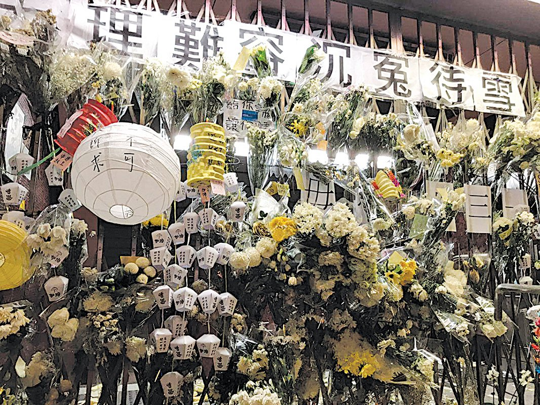 9月13日,港人中秋之夜到太子站追悼可能8‧31被港警打死的港人。(文瀚林/大紀元)
