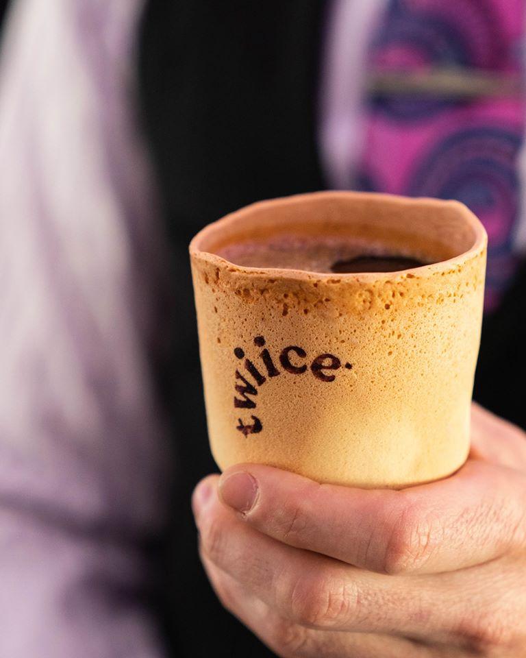 食用杯是由小麥粉、雞蛋、糖、香草精、天然香草製成。 製造商特維斯(Twiice)表示,杯子不會有滲漏的問題。(Air New Zealand Facebook)