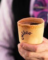搭乘全球第一架無塑航班 飲完咖啡請吃掉咖啡杯