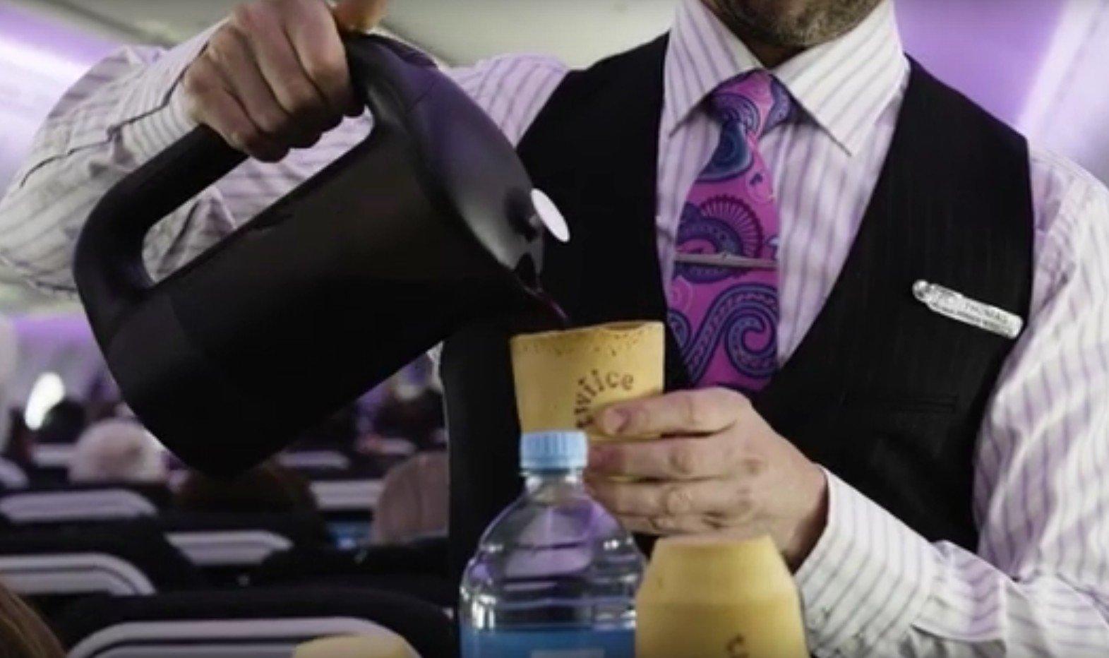 在航班上,空中服務員用可食用杯子給乘客斟咖啡。乘客飲完咖啡,可以把咖啡杯一齊吃掉。(影片截圖)