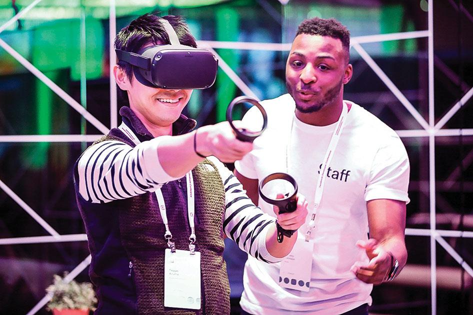 2019年4月30日,Facebook F8開發者大會上,與會者體驗Oculus Quest,當時還需要使用觸摸控制器。(AMY OSBORNE/AFP/Getty Images)