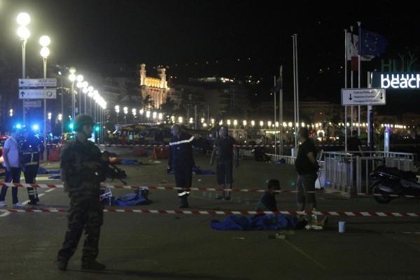法國慶祝國慶,蔚藍海岸地區城市尼斯民眾看完煙花表演時,1輛貨車衝撞人群,警方表示,這宗疑恐襲事件至少造成73人喪生和上百人受傷(法新社提供)。(中央社)