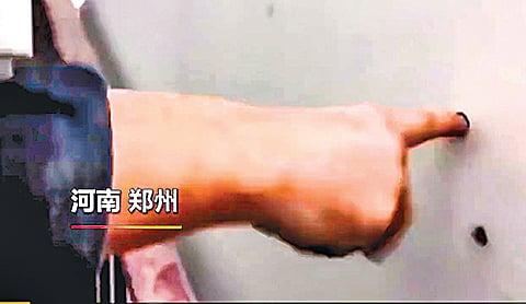 南鄭州小賀莊村安置房,牆體一捅就破。(影片截圖)