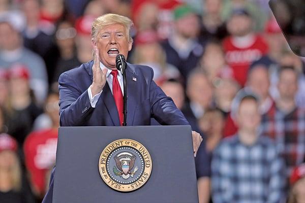 特朗普當地時間星期三晚在密歇根州出席競選集會。(Scott Olson/Getty Images)