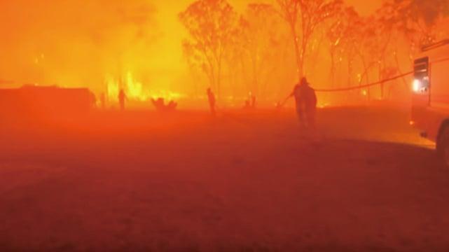 澳洲近來熱浪肆虐,全國平均氣溫18日再破紀錄,達攝氏41.9度,助長野火延燒。(視頻截圖)