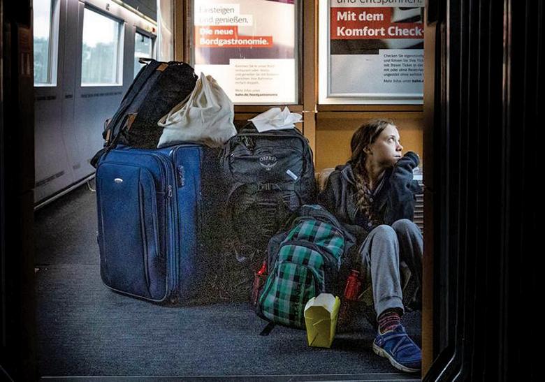 瑞典環保少女格雷塔搭火車回家時公佈了一張她坐在火車地上的照片。(網路圖片)