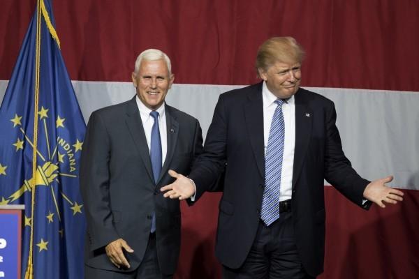 7月12日,特朗普與印州州長彭斯(左)在特朗普的競選造勢活動中。(TASOS KATOPODIS/AFP/Getty Images)