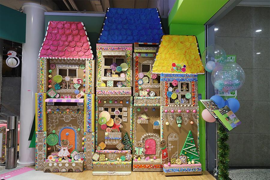 今年聖誕期間,環保手作達人Busymama與親子主題餐廳Kidskiss Kingdom合作,推出聖誕日營「奇趣藝遊糖果薑餅村」。(陳仲明/大紀元)