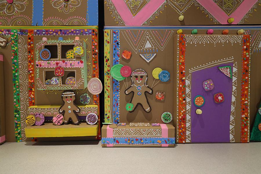 「奇趣藝遊糖果薑餅村」的環保聖誕裝飾。(陳仲明/大紀元)
