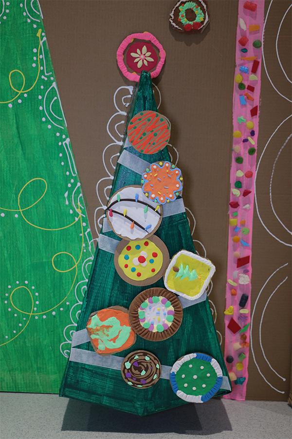 孩子們可以在走入糖果村的故事中發揮創意,學習使用紙皮等物料創作聖誕手作,如聖誕馬卡龍襟章。(陳仲明/大紀元)