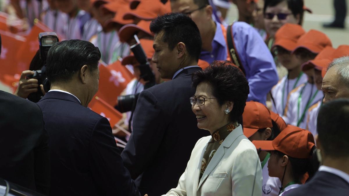 19日習會見香港特首林鄭月娥,再次肯定她所謂的「勇氣和擔當」。(TENGKU BAHAR/AFP via Getty Images)