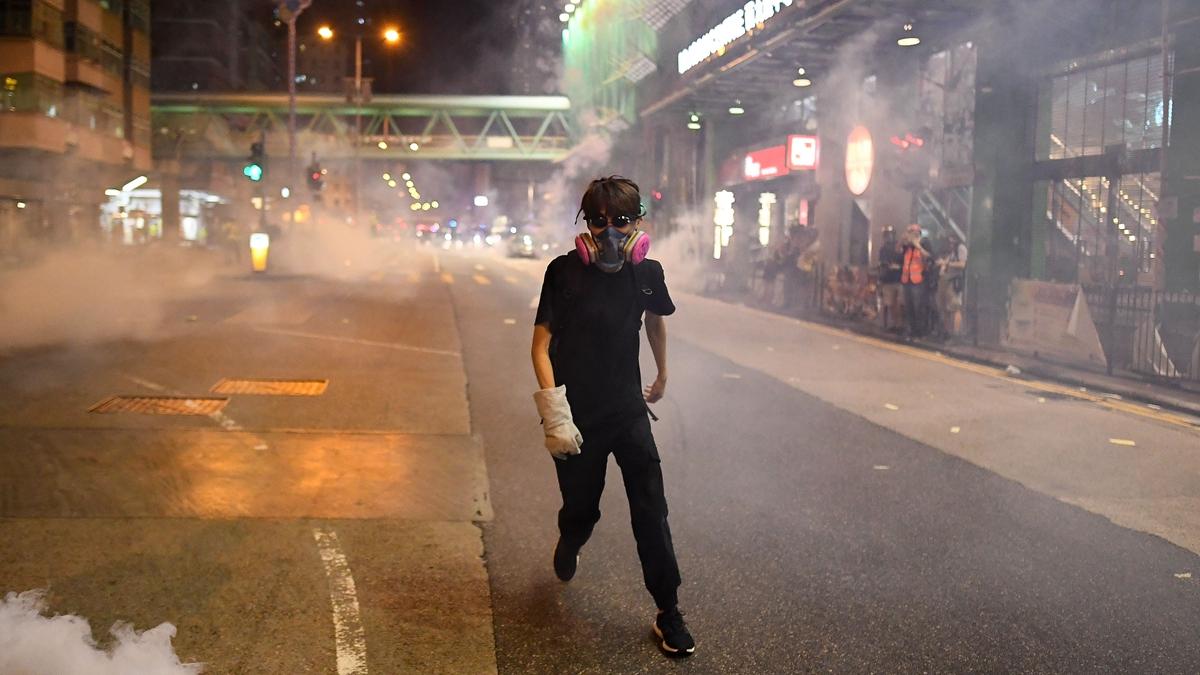 11月13日晚,警方在香港天水圍的鎮壓中,15歲少年傅同學疑在現場奔逃中,遭催淚彈擊中頭部。示意圖(MANAN VATSYAYANA/AFP via Getty Images)