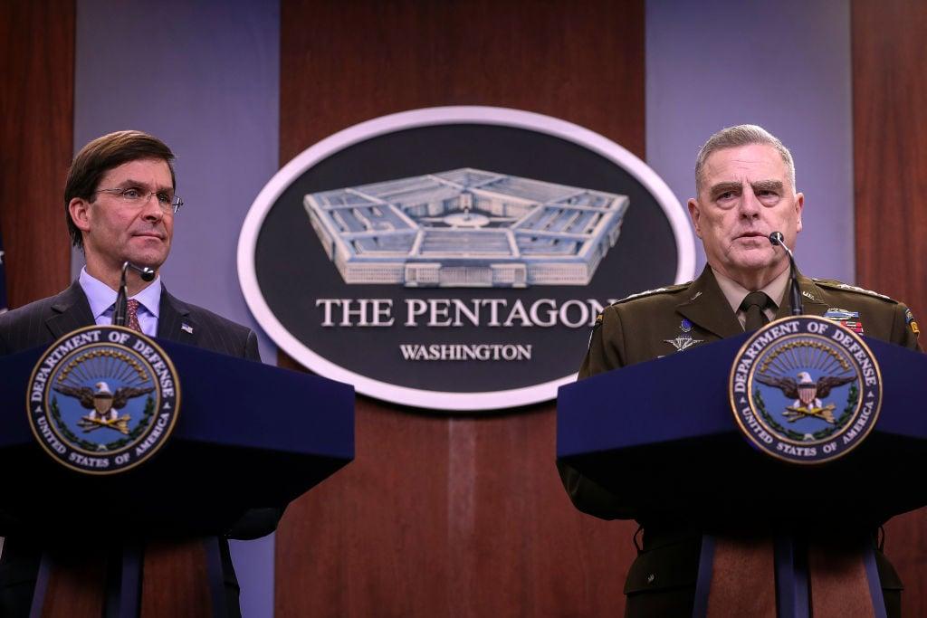 美國參謀首長聯席會議主席密利(右)與美國國防部長艾斯培在五角大樓舉行年終新聞發佈會。(Drew Angerer/Getty Images)