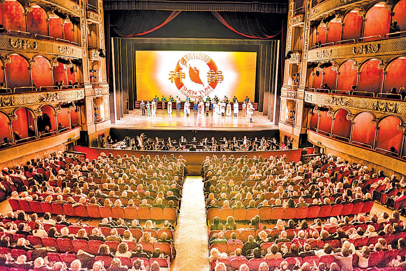 2019年4月30日晚,美國神韻紐約藝術團在英國倫敦Eventim Apollo劇院的第十場演出,再次全場爆滿。(羅元/大紀元)