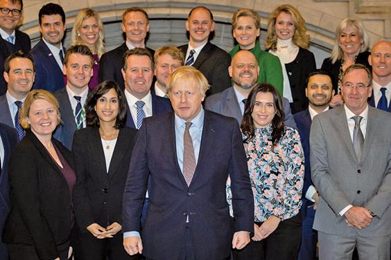 12月16日,英國新當選首相約翰遜(中)與部份新當選的保守黨議員合照。(Getty Images)