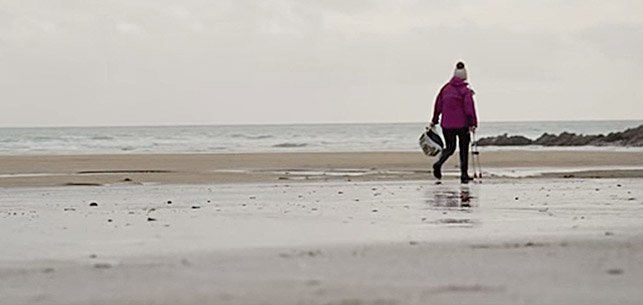 七旬婆婆想保護海洋,每周都去沙灘上撿垃圾。(影片截圖)