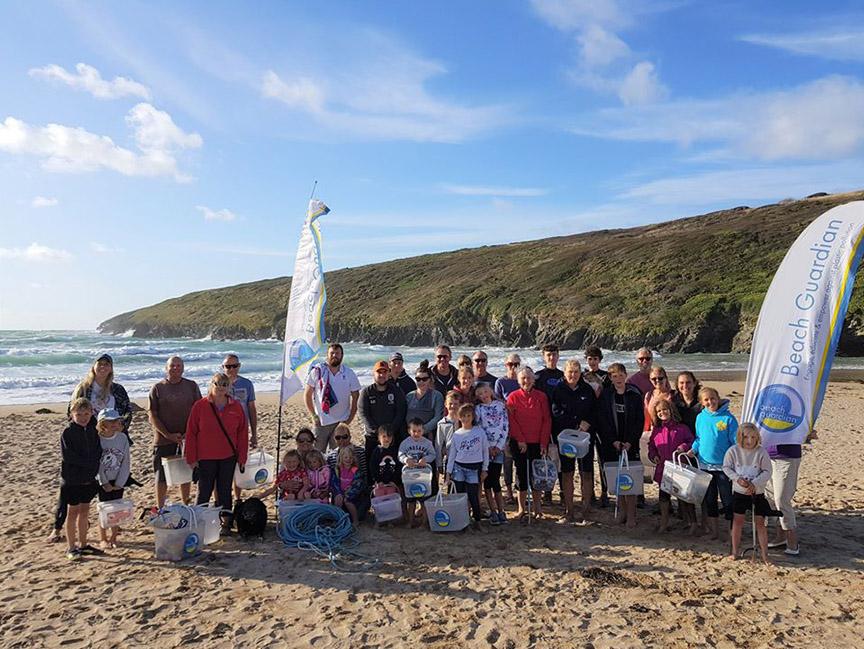 受到婆婆的感召,更多人參與清理、保護當地的海灘。 (Beach Guardian FB)