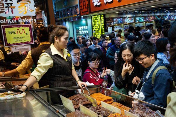 大批大陸遊客湧入澳門。(EDUARDO LEAL/AFP via Getty Images)