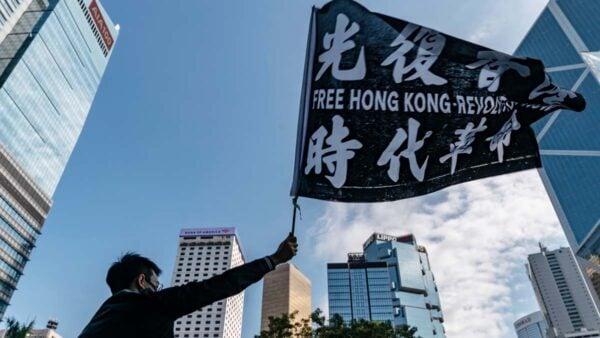 2019年12月2日,港人手舉「光復香港,時代革命」的旗幟參加集會。(Anthony Kwan/Getty Images)