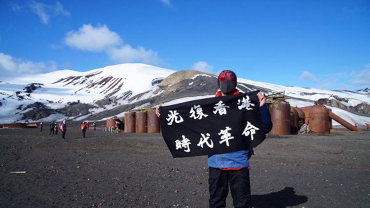 近日,連登會員名為」背包浪子」網友,製作「光復香港」旗幟登南極並拍攝多張照片。(連登社區照片)