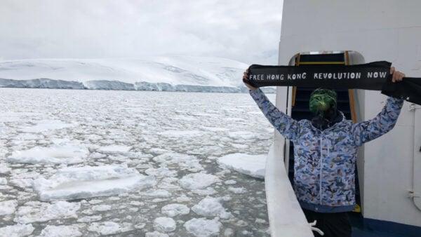 近日,連登會員名為「背包浪子」網友,製作「光復香港」旗幟登南極並拍攝多張照片。(連登社區照片)