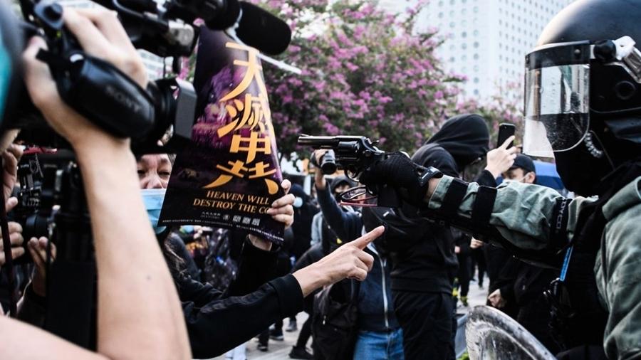 港警實彈槍指頭恐嚇抗爭女 背後突襲市民
