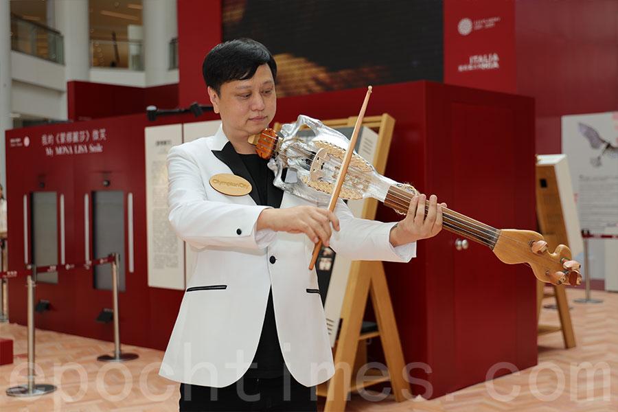 香港共融樂團音樂總監廖原先生將與另兩位音樂家使用銀色里拉琴現場演奏。(陳仲明/大紀元)