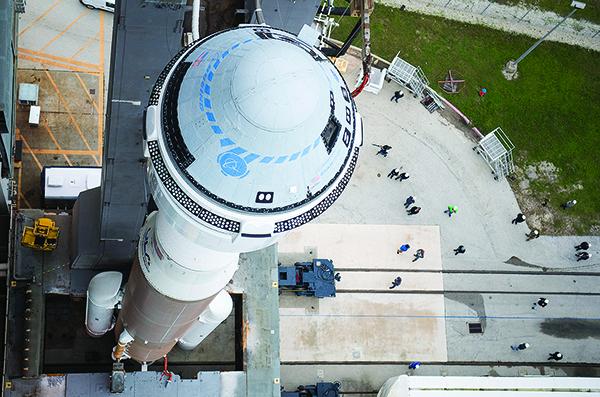 12月18日,裝載波音太空船的火箭正在做升空準備。(Getty Images)