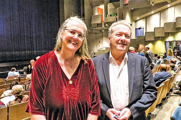 天主教牧師 Jim Sullivan 和女友。(蘇南/大紀元)
